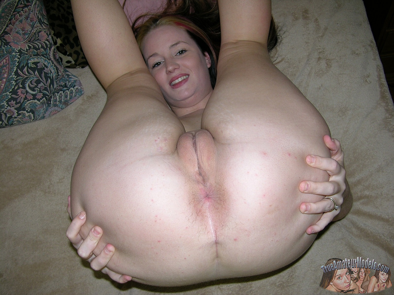 Amateur girl spread assholes