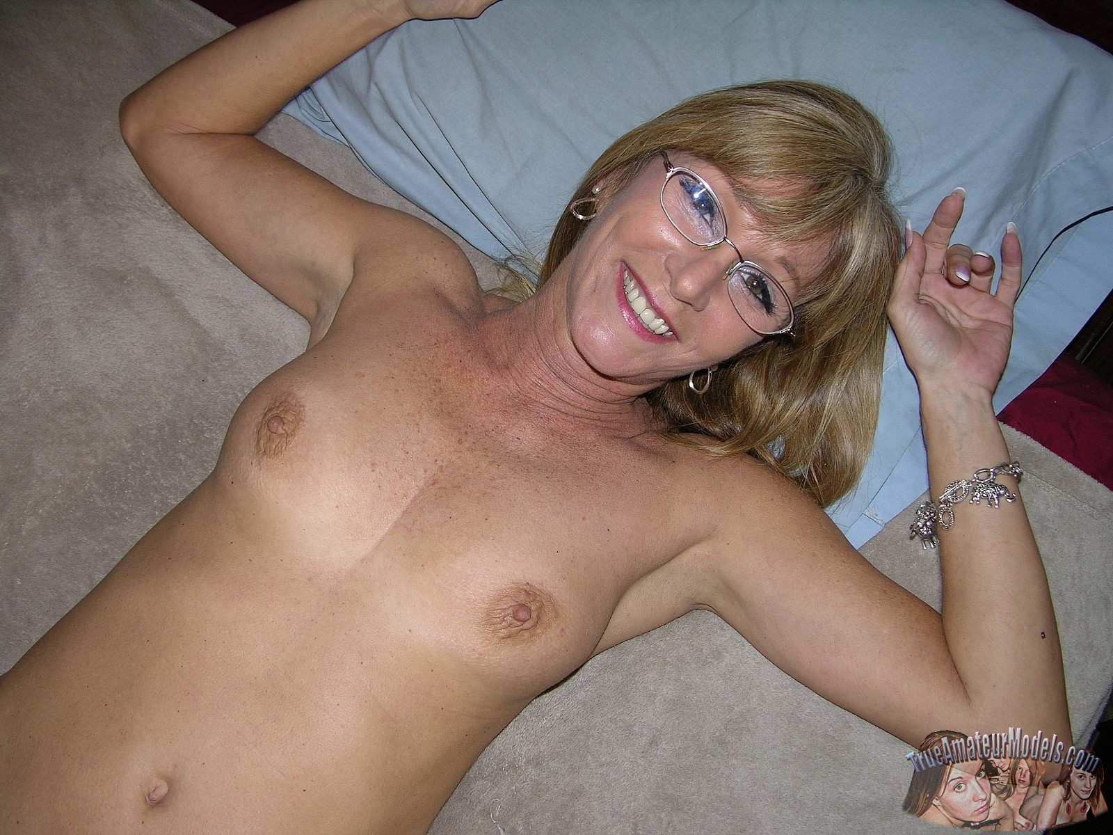 Amateur nude milf with glasses