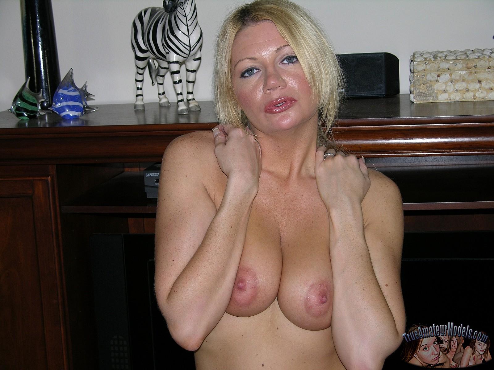 amateur milf christina nude
